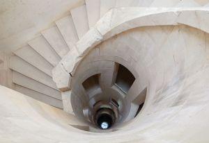 Chateau_Maulnes_escalier_central_puits